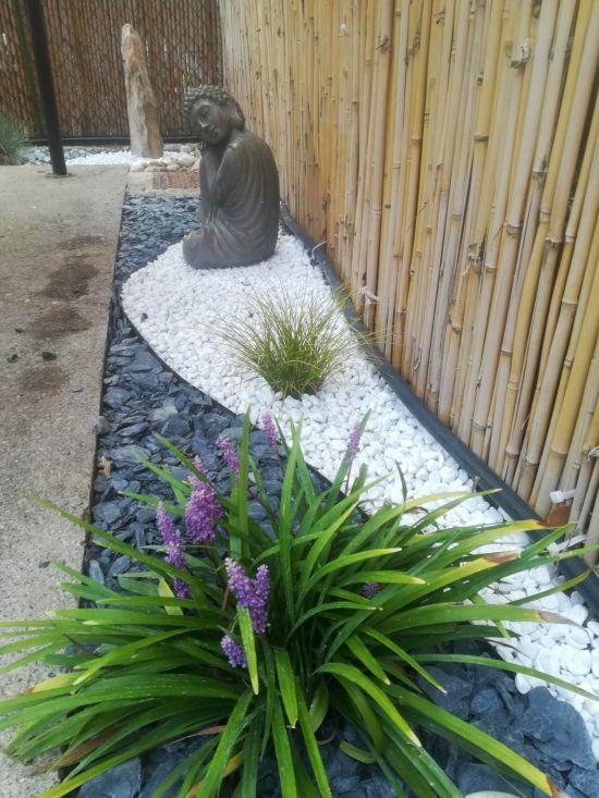 angolo zen in terrazzo con statua Buddha