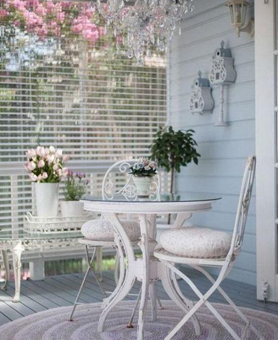 Balcone shabby con tavolino e sedie