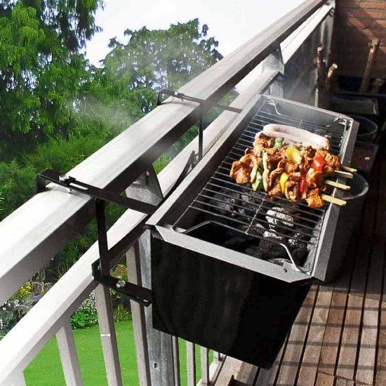 Barbecue appeso alla ringhiera del balcone