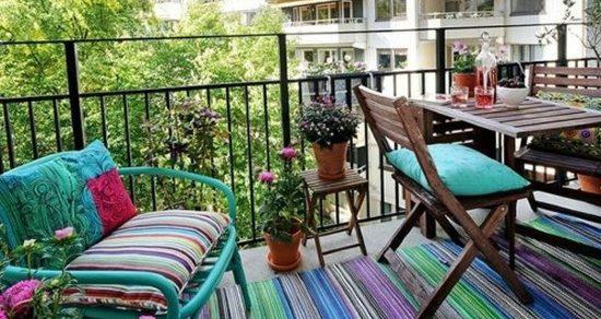 Tappeto colorato su balcone lungo e stretto